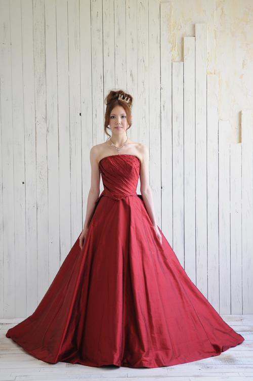 f3caed29c28cd そんな花嫁さんたちのために、まだ少し早いようですが、秋から冬にかけておすすめしたいドレスをご紹介いたします